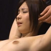 ド貧乳美女がジョリワキを晒しながら乳首をいじられる