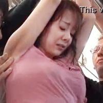 巨乳美女が無防備にノースリーブなんかでつり革に掴まってるからワキがおろそかになったしまうんですよ