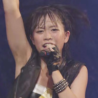 アイドルグループのベイビーレイズが激しいダンスと歌で汗だくワキ全開!