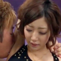 美乳のスレンダー系ショートカット美女がワキ舐めされて吐息を漏らす