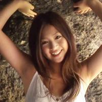 グラドル・女優の佐山彩香ちゃんがワキ全開でキレイに処理されたツルワキを惜しげもなく披露!