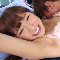 元AKBの逢坂はるなちゃんが汗をかいたワキを「やだやだ!」と言いながらもワキ舐めされてしまう!