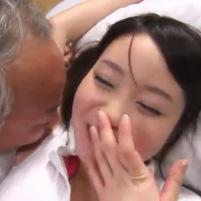 ロリフェイスの美人介護士がおじいちゃんをエロ介護!リベンジとばかりにワキ舐めされて本気で恥ずかしがる