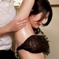 巨乳美女がエステでジョリワキを全開にしたままワキの下を執拗にマッサージされて脱がされてしまう