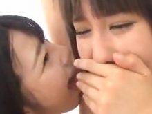 湊莉久ちゃんが「そこは勘弁してください…臭いですよね?」と言ってもかまわずワキ舐めする上原亜衣ちゃん