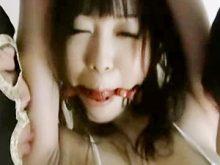 美女が拘束されて処理の甘い両ワキを無理矢理にワキ舐めされてしまう!