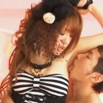ワキ舐めされて感じてしまうアイドルみたいな衣装を着たスレンダー美女