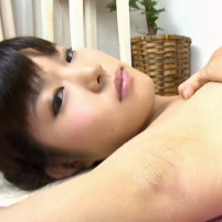 【高画質】カミソリ負けが痛々しいジョリワキを晒しながらエロマッサージを受ける着エロアイドル緒方瞳美ちゃん