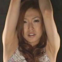 腕を釣り上げられワキ全開の恥ずかしい姿で拘束されお漏らししてしまう吉高由◯子似の美女!