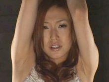 腕を釣り上げられワキ全開の恥ずかしい姿で拘束されお漏らししてしまう超絶美女!