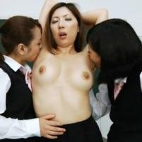 美熟女教師がJK2人にねっとりとワキ舐めされて恍惚の表情を浮かべる