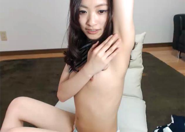 ロリ系美少女がライブチャットでワキ全開で自分のワキチェック!