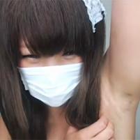 剃り残しのあるワキの下をらいぶちゃっとで披露する少女系メイドさんコス美10代小娘