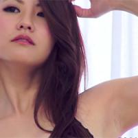 ワキの下の毛穴まで見えちゃうぐらい高画質で収録されてしまった色っぽいキャンGAL岡田智子