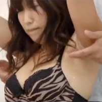 腕を吊られ汚いワキの下を執拗にくすぐられて悶絶する24歳の素人巨乳若妻
