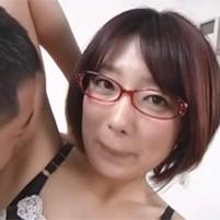 黒ずんだジョリワキのニオイを嗅がれワキナメされて悶絶する短髪の眼鏡シロウト