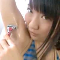 ワキフェチ必見!ロリ系美少女がワキ毛を剃るところを赤裸々公開!