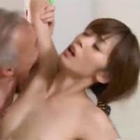 義父のクソジジイにワキの下を乱暴に脇舐めされてるのに感じまくる淫乱な若妻