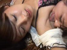ワキの下を舐め合うレズプレイで喘ぎ声出しまくりな夏目優希と岩佐あゆみ