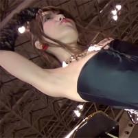 【高画質ワキフェチ動画】セクシーなハイレグコスチュームを着たキャンギャルの完璧に処理されたツルワキ