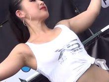 【高画質ワキフェチ動画】炎天下の下暑さでワキ汗をかいてそうなツルワキを晒してセクシーダンスを披露