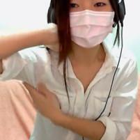 ライブチャットで緊張して臭いワキ汗をかいてしまったロリ系美少女
