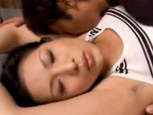 ワキフェチ男にワキ毛の生えたワキの下をワキ舐めされて匂いを嗅がれて喜ぶ美人熟女