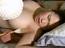 拘束されてワキの下を羽根や筆でくすぐられワキ舐めまでされて悶絶する巨乳美女