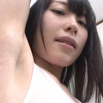【高画質ワキフェチ動画】腕を上げたら毛穴もバッチリ見えるジョリワキな黒髪ロリ顔つるぺた美少女