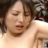 ワキ汗を拭われた指を舐められちゃうという恥ずかしすぎるプレイをされてしまう色白巨乳美女