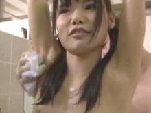 おっさんに念入りに恥ずかしいワキの下を洗われてしまうツインテールの激カワ美少女