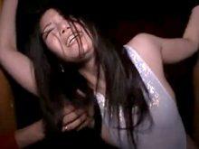 両腕を拘束されてワキの下をくすぐられまくるハイレグ水着姿のスレンダー美女
