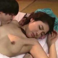 美魔女な原ちとせが友人の息子に寝込みを襲われワキ舐めされる