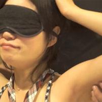 目隠しされて綺麗に処理されたツルワキをくすぐられる素人娘