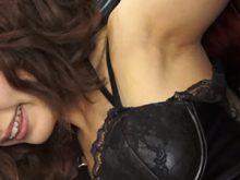 【高画質ワキフェチ動画】卑猥なワキの下を剥き出しで撮影に応じる激カワキャンギャル