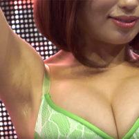 【高画質ワキフェチ動画】水着姿でキレイなツルワキ全開の巨乳な激カワキャンギャル 東京ゲームショウ2016