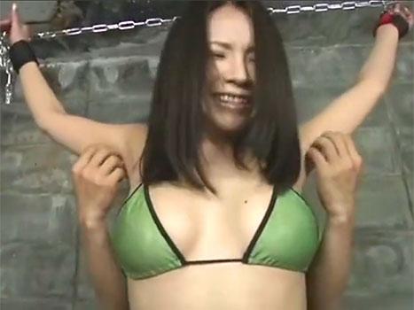 ビキニ姿で拘束され卑猥なジョリワキをくすぐられまくって悶絶する素人美女たち