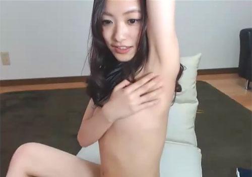 ライブチャットでアイドル系な素人娘が視聴者のリクエストに答えて卑猥な生ワキを披露!