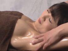 剃り残しのあるジョリワキにオイルを塗られてワキに触れられるたびに体をビクンビクン反応させる素人美女