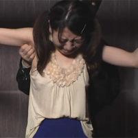 腕を拘束されて卑猥なワキ全開のままくすぐり地獄で悶絶するツインテールの素人娘