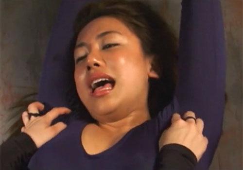 エロタイツコスの松本メイが捕らえられてワキの下をイジられまくって悶絶の末失神!