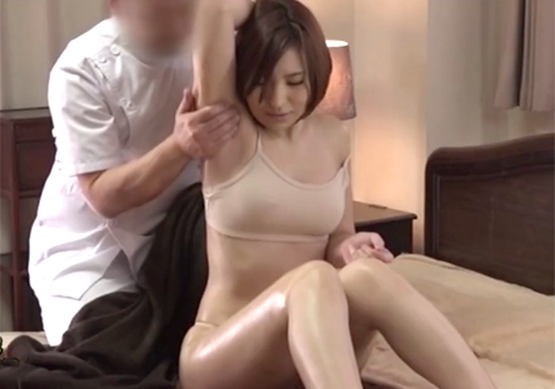 ワキの下を念入りにマッサージされてだんだん乳首を勃起させるショートカットのスレンダー巨乳な美女