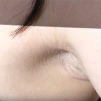【高画質ワキフェチ動画】毛穴のぶつぶつ感がわかるぐらいドアップでワキの下を取られてしまった激カワキャンギャル