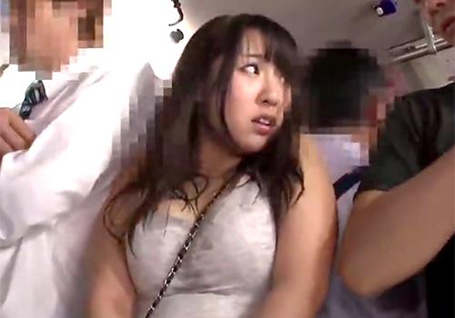 満員のバスの中でワキ汗が止まらず恥ずかしい汗染みを作った巨乳美女が痴漢されまくる