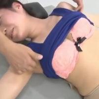 ワキの下にオイルを塗られ執拗にくすぐられ身体を捩って悶絶するS級美女