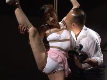 全身を縛られて身動きの取れない状態のまま見られるのも恥ずかしいワキの下をワキ舐めされて悶絶する篠田めぐみ