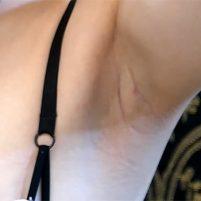 【高画質ワキフェチ動画】毛穴の質感までしっかりわかるほどドアップでワキの下を撮られてしまった素人娘