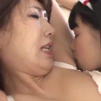 エロナースコスの白咲碧が新人OL杉崎絵里奈のきれいなワキの下をジュルジュルワキ舐め!