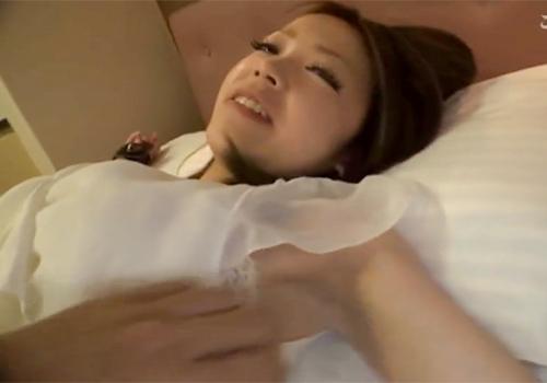 剃り残しのある処理の甘いジョリワキをくすぐられて悶絶する娘