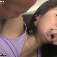 恥ずかしいワキの下丸出しでワキを嘗められ射精される美女